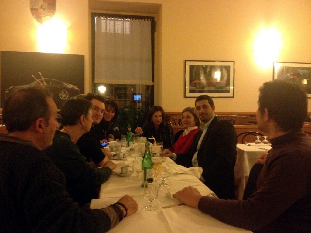 Loretta Napoleoni cena dopo la presentazione del libro Democrazia Vendesi a Milano
